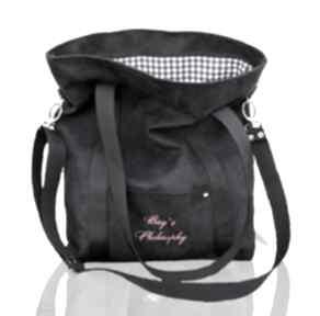 Czarna sportowa torba z zamszu ekologicznego w kształcie