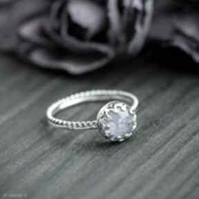 Srebrny pierścionek z tanzanitem i ażurową oprawą pracownia