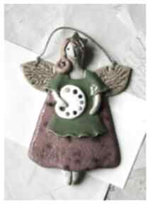 Anioł malarka w zielonym fartuszku ceramika wylegarnia pomyslow