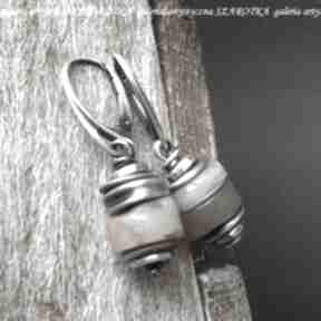 W ciepłym beżu kolczyki z kamienia słonecznego i srebra szarotka