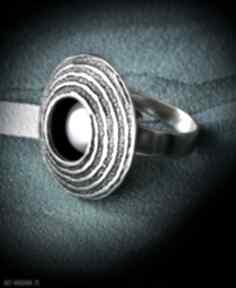 Srebrny pierścionek regulowany z naturalną perłą, oksydowany