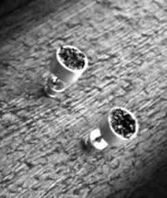 Okrągłe srebrne kolczyki wkrętki z karborundem shambala