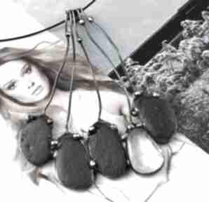 Naszyjnik: duży wisiorek grono otoczaki czarne naszyjniki