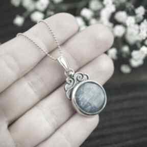 Srebrny wisior z kyanitem i zaijasami, niebieskim oczkiem