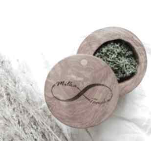Okrągłe pudełko na obrączki drewniane z grawerem ślub hagal