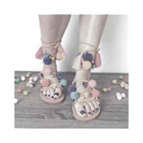 36 - kolorowe rzymianki z pomponami w stylu boho buty