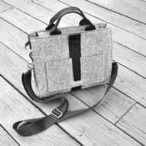 Designerska mała torba z filcu - szara czarnym paskiem
