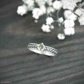 Srebrny pierścionek z oliwinem i zdobioną obrączką, zielonym
