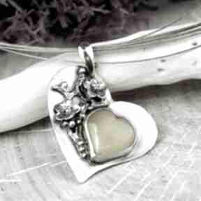 Prezent na walentynki - bursztynowe serce w kwiatach a682