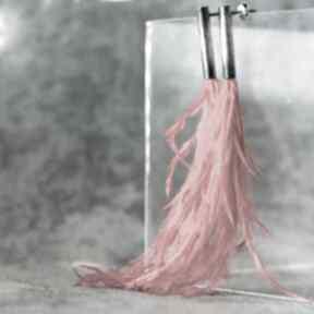 Długie nowoczesne kolczyki w stylu boho, awangardowe z piórami