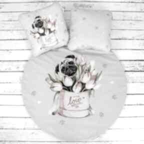 Mops w tulipanach welurowa mata do zabawy dla dziecka nuvaart