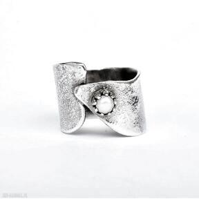 Srebrny pierścień z perełką dziki krolik perełka w-koronie,