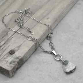 Surowy naszyjnik z kawłkiem szkła antycznego 122 naszyjniki grey
