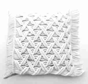 Poduszka z makramy zapinana na dębowe guziki poduszki loop line