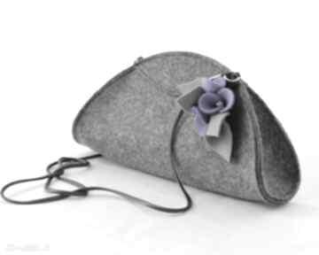 Mała szara torebka kopertówka z fioletowymi kwiatkami na ramię
