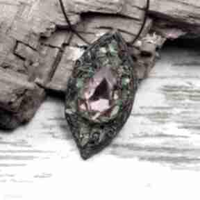 Leśny wisiorek z rózowym kryształem wisiorki kameleon kolorowy