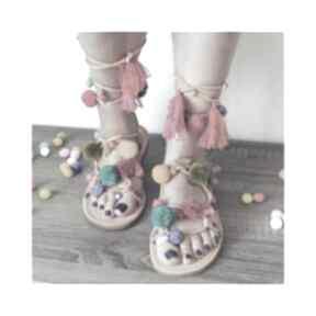 39 - kolorowe rzymianki z pomponami w stylu boho buty