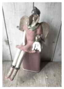Anioł siedzący z białym pieskiem ceramika wylegarnia pomyslow