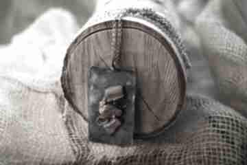 Wisiorek z miedzi naturalnie patynowany bursztynem matowym