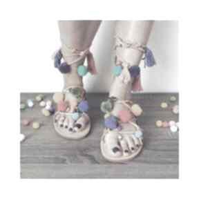 40 - kolorowe rzymianki z pomponami w stylu boho buty