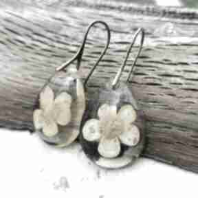 Kolczyki z żywicy naturalnymi jaskrami k11 herbarium jewelry