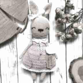 Królisia matylda w szydełkowej sukience maskotki miedzy motkami