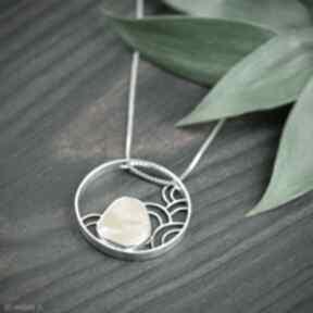 Srebrny naszyjnik koło z bursztynem, okrągły wisior bursztynem