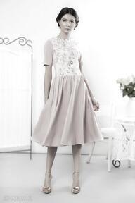 Pudrowa sukienka retro z kwiatowym przodem sukienki kasia miciak