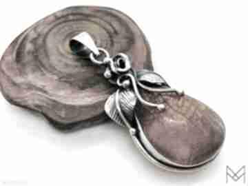 Elegancki srebrny wisiorek z bursztynem bałtyckim wisiorki