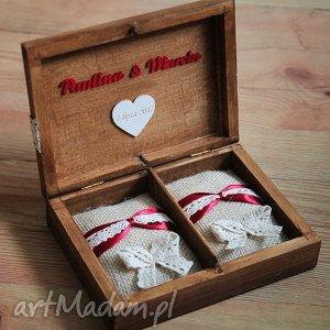 Pudełko na obrączki z czerwonymi dodatkami, ślub, pudełko, drewno, obrączki, ozdoby