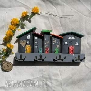 wieszak z domkami w odcieniach szarości, dom domek, drewniany, ozdoba