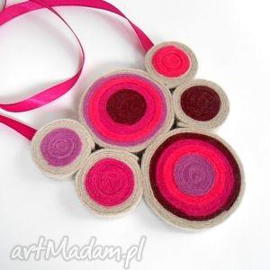 ręcznie zrobione pomysł na prezent na święta zakrętasy w różu - naszyjnik z filcu