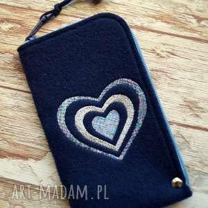 handmade etui filcowe na telefon - serca