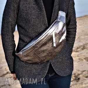 duża srebrna skórzana nerka, torebka, nerka przez ramię, prezent