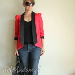 czerwona marynarka z pufowymi rekawami, marynarka, streetstyle, moda, bufki, kobieta