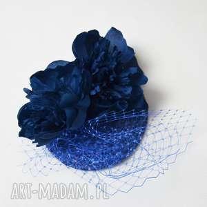 pod choinkę prezent, niebieski toczek, niebieski, fascynator, woalka, kwiaty