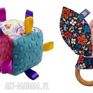 zestaw prezentowy dla niemowlaka, kostka gryzak, kostka, grzechotka, kwiaty