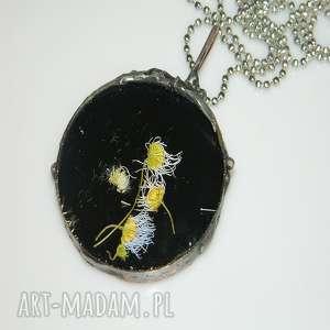 szklany witraż, wisior, czarny, unikalna-biżuteria, szklany-wisior, suszone-rośliny