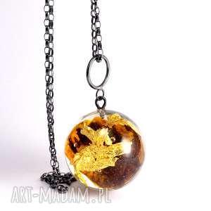 Naszyjnik z ciemnym bursztynem i płatkami złota, żywica, bursztyn, złoto, naturalna