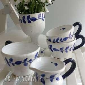 zestaw składający się z trzech filiżanek, dzbanuszka i wazonu, kubki, ceramika
