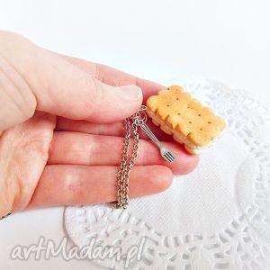 handmade wisiorki maślany herbatnik z kremem - wisiorek z łańcuszkiem