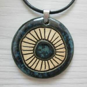 naszyjniki granatowy naszyjnik z wzorami, ceramiczny naszyjnik, biżuteria