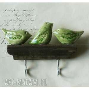 wieszak ze szmaragdowymi ptaszkami, ceramika, drewno, wieszak, ptaszki