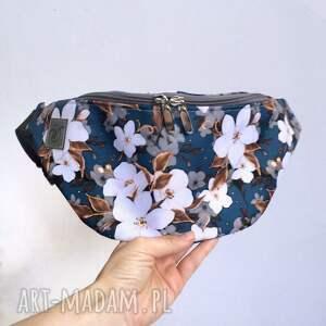 nerka kwiaty jabłoni na niebieskim tle, nerka, torebka, kwiaty, dla kobiet