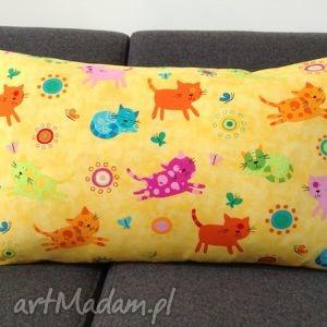 Żółta poduszka w kolorowe koty, koty