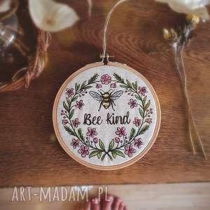 dekoracje obrazek haftowany bee kind, obrazek, haftowany, pszczółka, kwiaty
