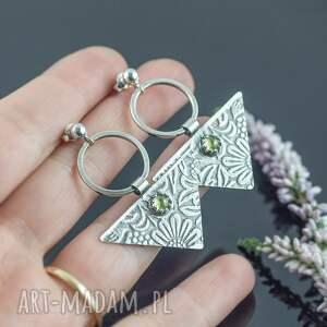 srebrne kolczyki trójkąty w kwiaty z oliwinem, zielonym oczkiem
