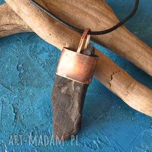 wisior - naszyjnik z drewna i oksydowanej miedzi /7/, wisior, naszyjnik, kuta