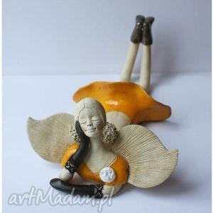 ręcznie robione ceramika anioł leżący w czarnych rękawiczkach
