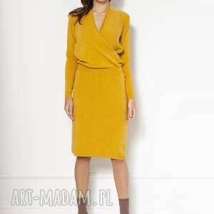 sukienki swetrowa sukienka z kopertowym dekoltem swe136 musztarda, dzianinowa